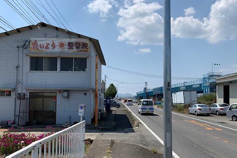 3.当院の通り沿い奥に駐車場がありますので建物を過ぎてから左折します。